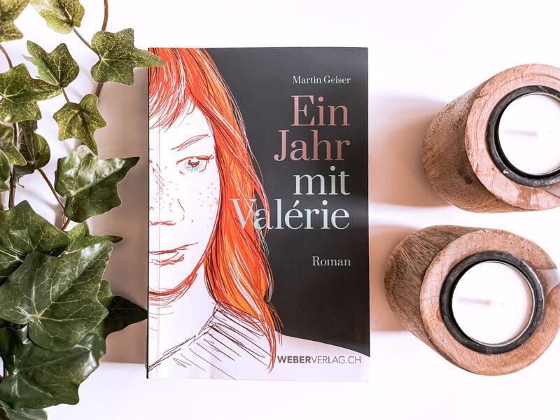 Buchcover Martin Geiser «Ein Jahr mit Valerie» arrangiert mit Efeu und zwei Kerzen für Rezension