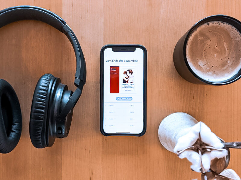 Hörbuch Bild Benedict Wells mit Kopfhörer und Kaffee arrangiert