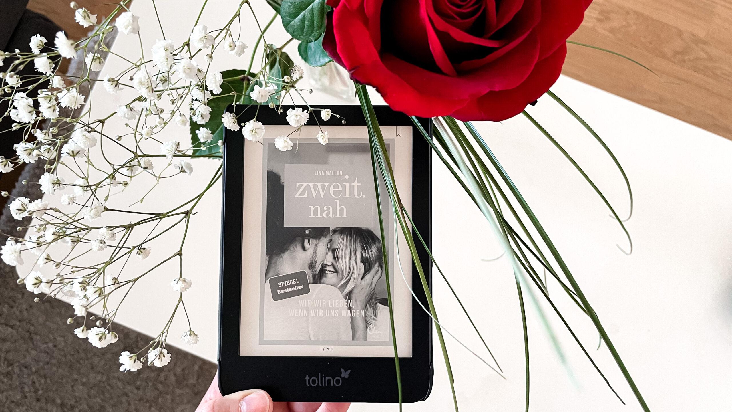 Tolino mit Cover zweit.nah neben Blumenstrauss mit Rose